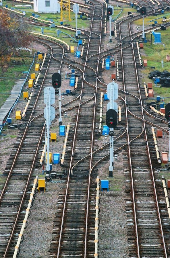 Parallella järnväg linjer med föreningspunkter och strömbrytare royaltyfria foton