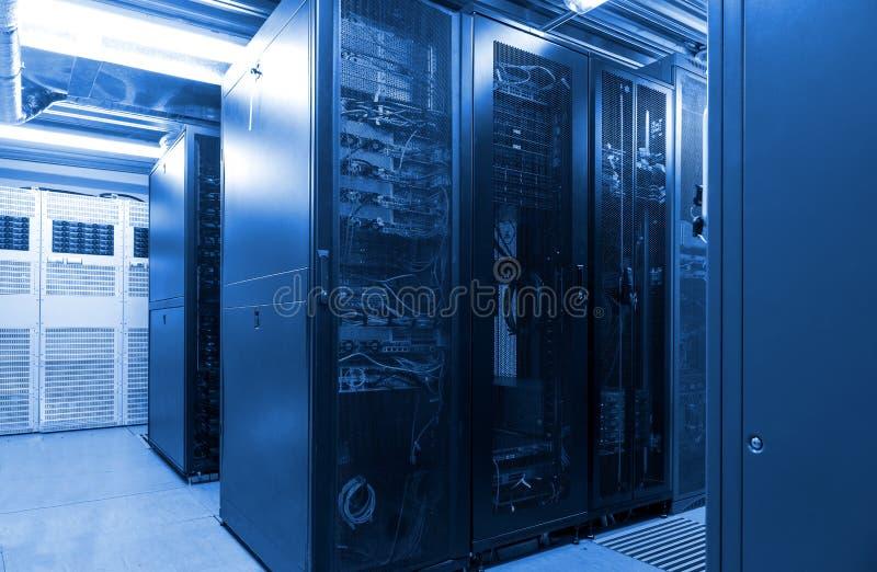 Parallella rader förband serveror och internetkabelinfrastruktur i stor datacenter fotografering för bildbyråer
