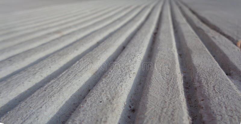 Parallelle Lijnen in Beton naar een Horizonoptische illusie royalty-vrije stock foto