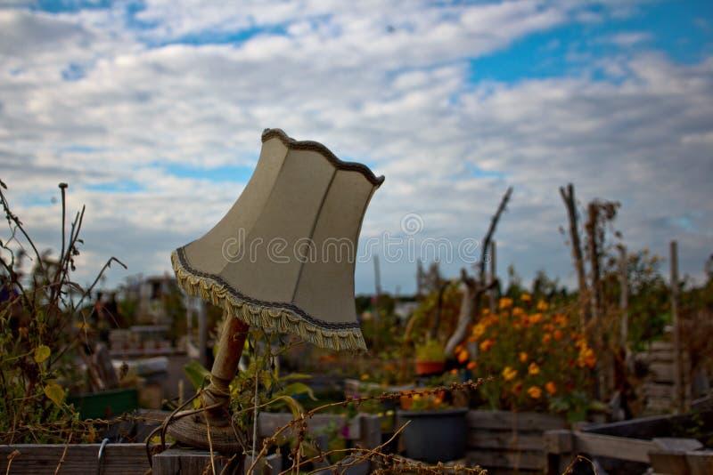 Paralume in un giardino pubblico immagine stock