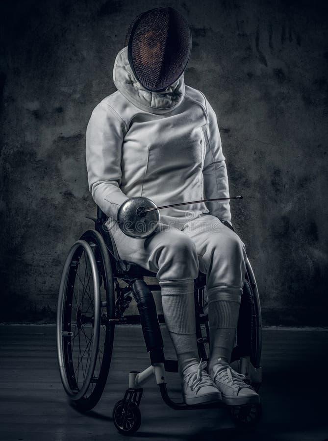 Paralympic kvinnlig fäktare i rullstol arkivbild