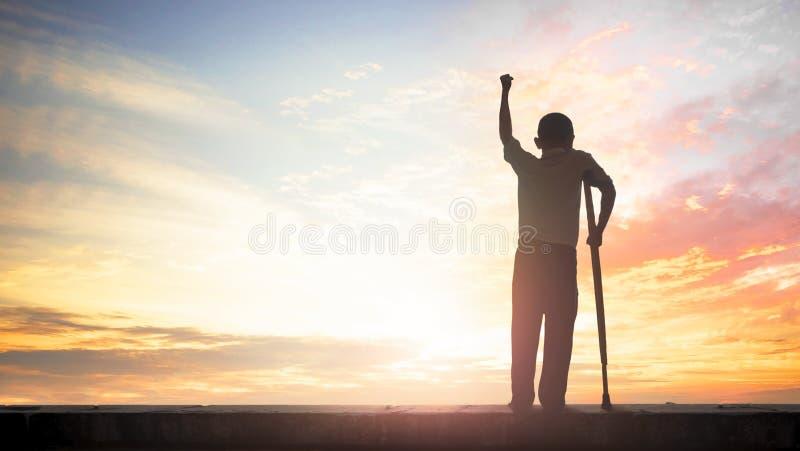 Paralympic pojęcie: niepełnosprawna osoba z szczudło sylwetką przy zmierzchu tłem, Międzynarodowym dniem Peopl, Niepełnosprawny l zdjęcia royalty free