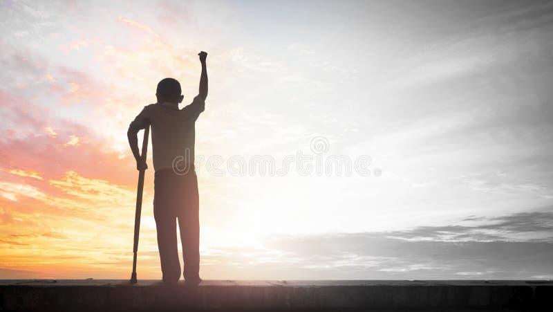 Paralympic pojęcie: niepełnosprawna osoba z szczudło sylwetką przy zmierzchu tłem, Międzynarodowym dniem Peopl, Niepełnosprawny l zdjęcia stock