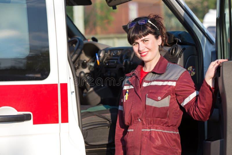 Paramédico cerca del coche de la ambulancia imagen de archivo