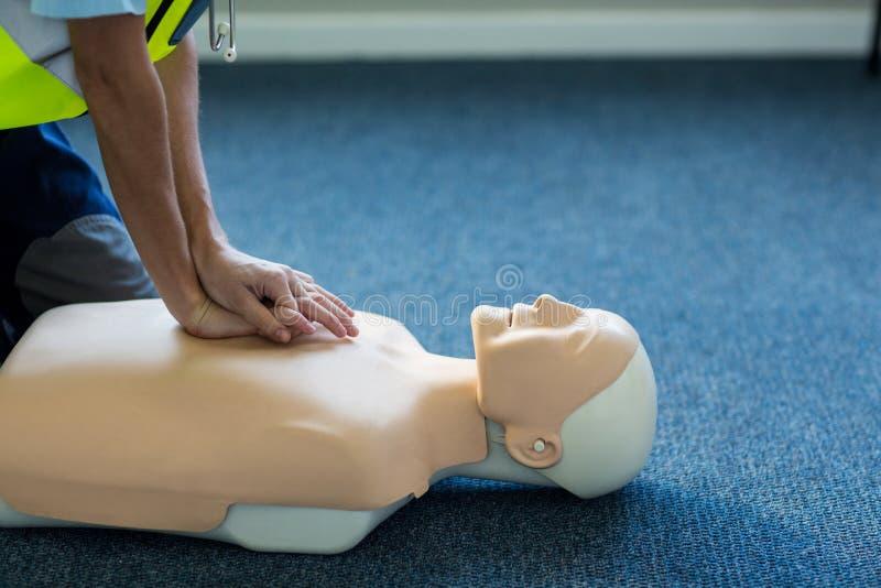 Paramédico de sexo femenino durante el entrenamiento de la resucitación cardiopulmonar imágenes de archivo libres de regalías