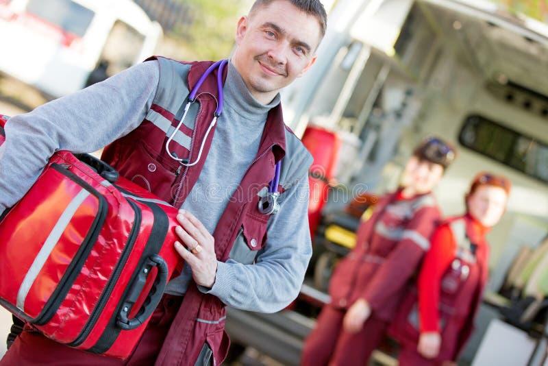 Paramédico de sorriso com a equipe do colega do colega de trabalho fotos de stock