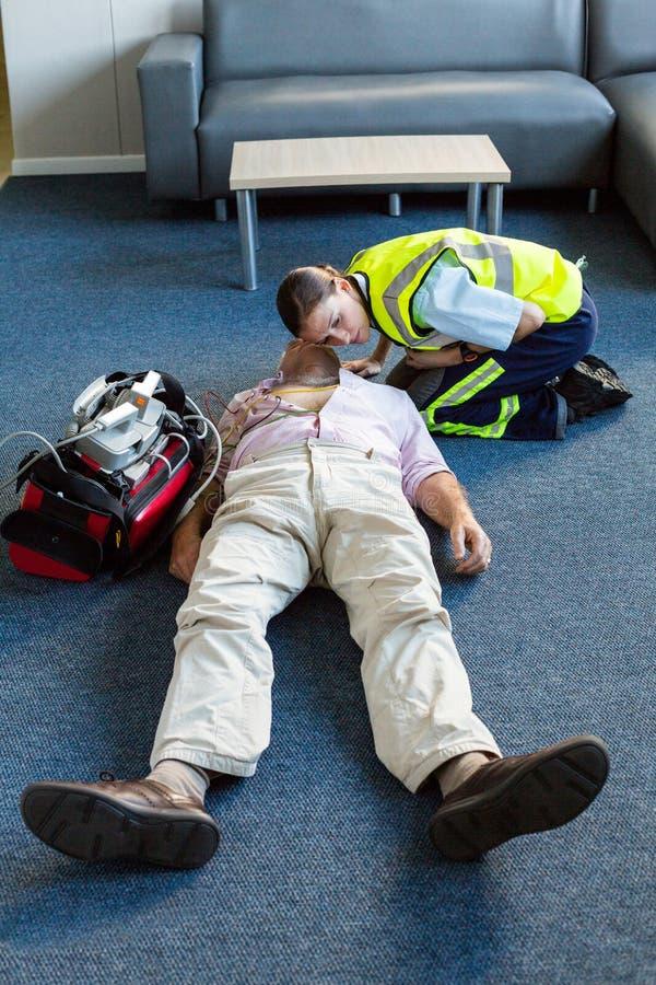Paramédico fêmea durante o treinamento da ressuscitação cardiopulmonar fotos de stock royalty free