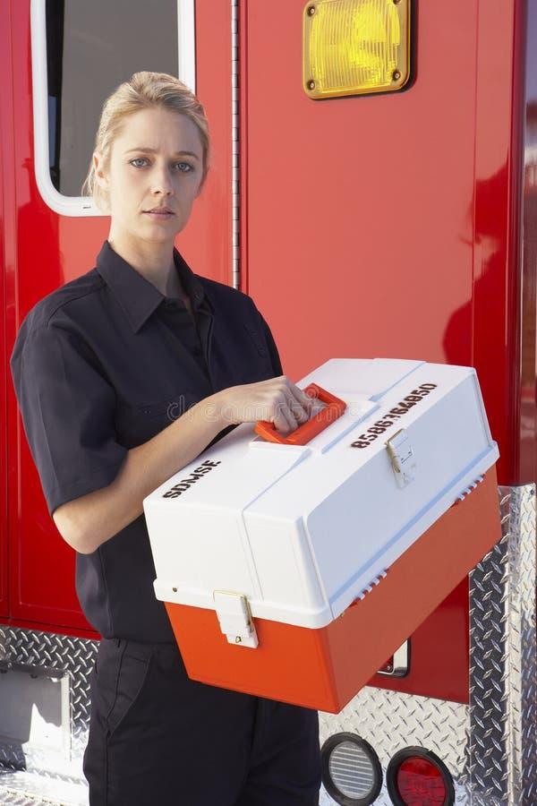 Paramédico que está pela ambulância com jogo médico imagem de stock