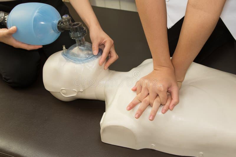 Paramédico que practica la resucitación cardiopulmonar, CPR en un dum fotografía de archivo libre de regalías