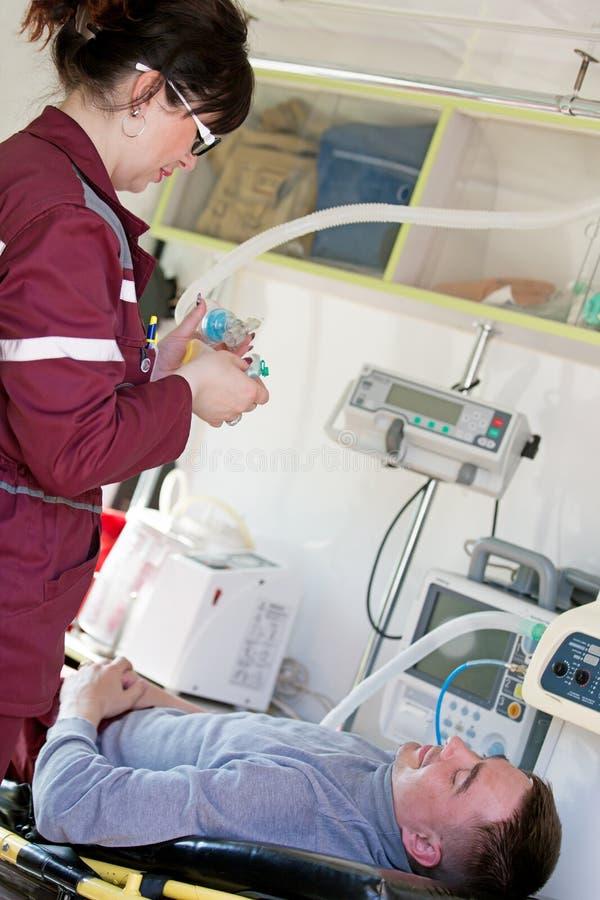 Paramédico que prepara la máscara de oxígeno fotos de archivo