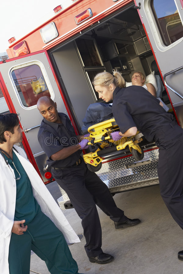 Paramédico que prepara-se para descarregar o paciente fotografia de stock royalty free