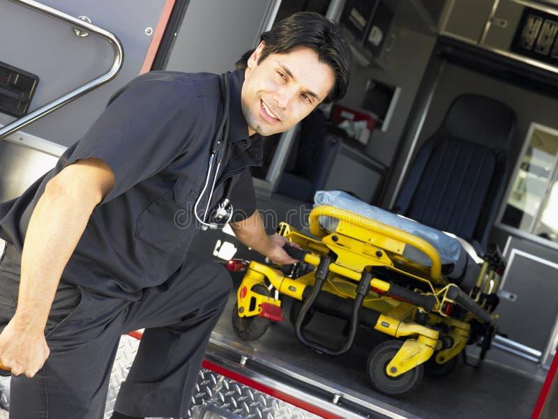 Paramédico que quita la camilla de la ambulancia foto de archivo libre de regalías