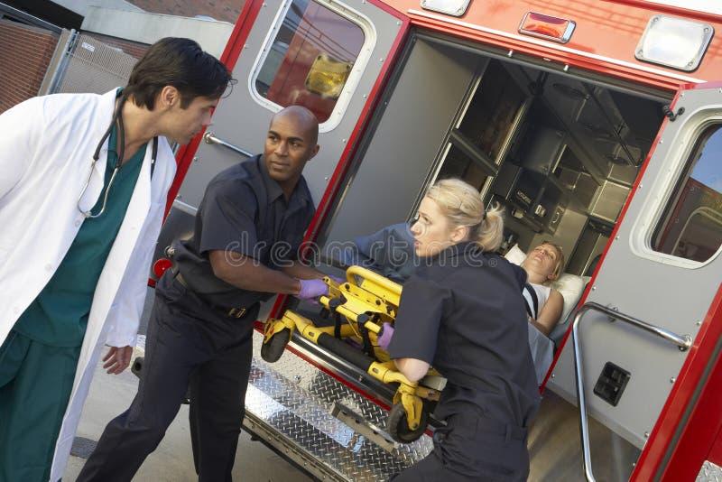 Paramédico que se prepara para descargar al paciente imagen de archivo