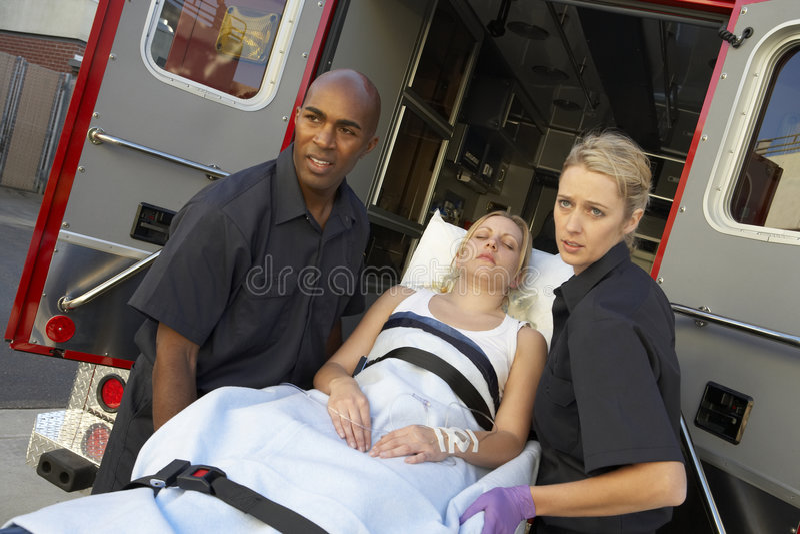 Paramédico que se prepara para descargar al paciente fotografía de archivo libre de regalías