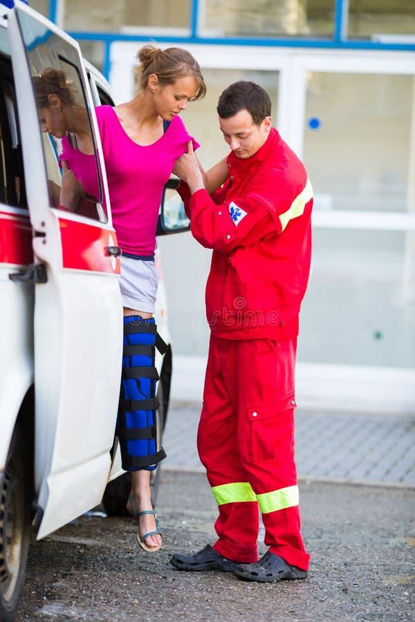 Paramédico que toma cuidado de un paciente femenino imagen de archivo