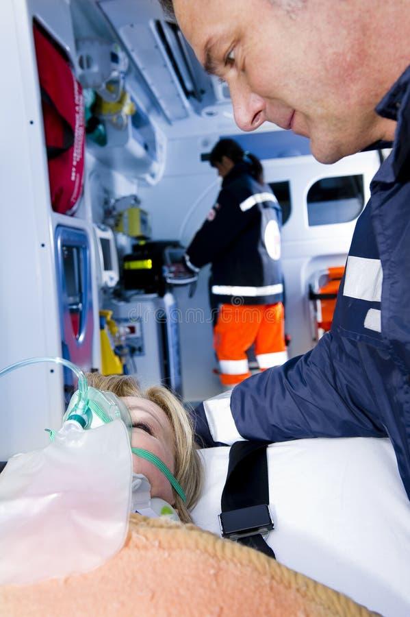 Paramédicos con el paciente foto de archivo libre de regalías