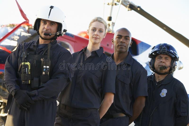 Paramédicos e grupo na frente do helicóptero imagens de stock royalty free