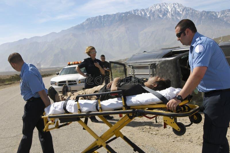 Paramédicos que transportam a vítima na maca imagem de stock royalty free