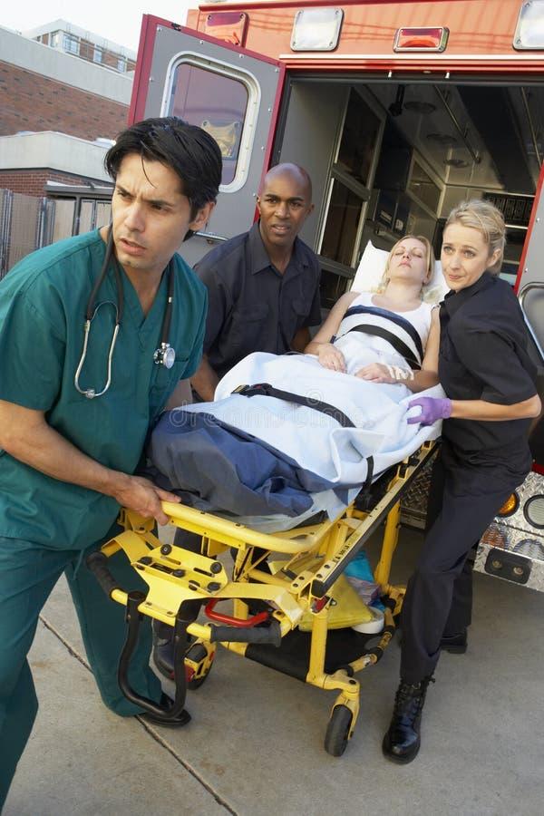 Paramédicos y el doctor Unloading Patient fotos de archivo libres de regalías