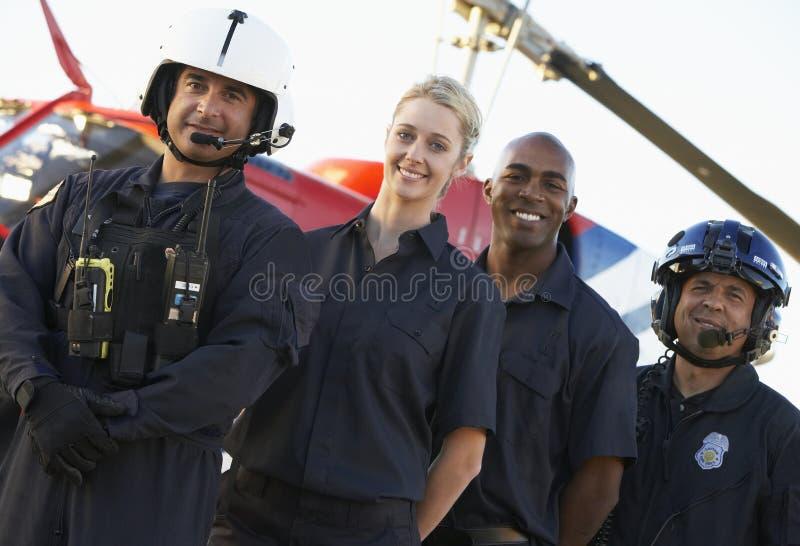 Paramédicos y equipo delante del helicóptero imagen de archivo