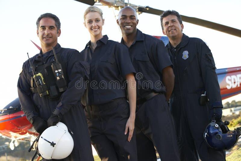 Paramédicos y equipo delante del helicóptero imagenes de archivo