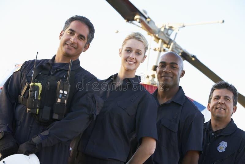 Paramédicos y equipo delante del helicóptero foto de archivo libre de regalías