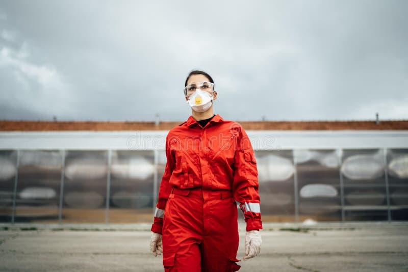 Paramedic vor dem Krankenhaus für Isolationsstationen Coronavirus Covid-19-Heroe Psychische Stärke des medizinischen Fachpersonal stockbild
