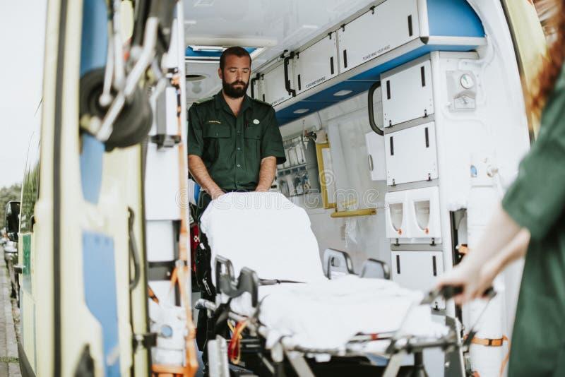 Paramedici aan het werk met een ziekenwagen royalty-vrije stock fotografie