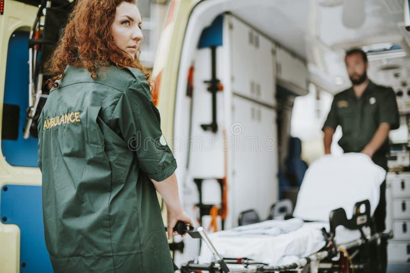 Paramedici aan het werk met een ziekenwagen royalty-vrije stock foto