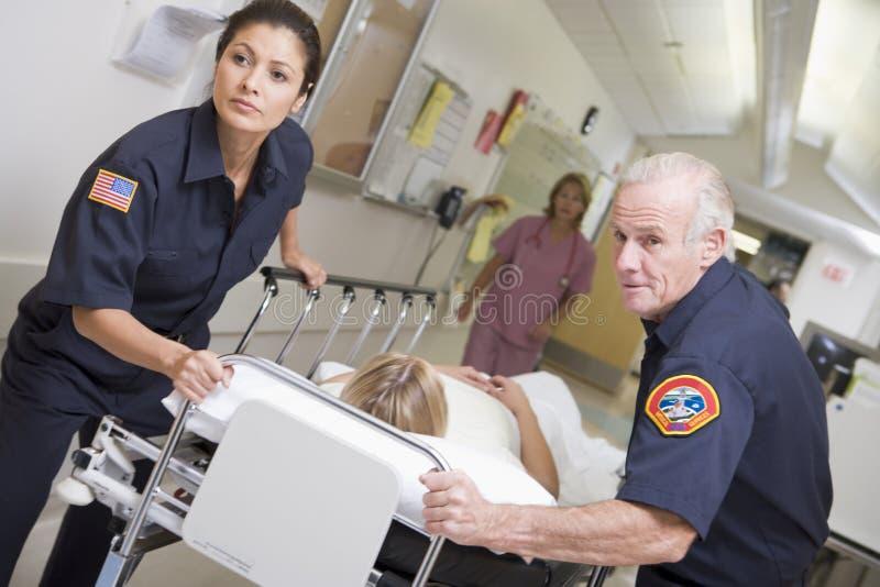 Paramedici die de Patiënt van de Noodsituatie overhaast storten zich in het Ziekenhuis stock foto's