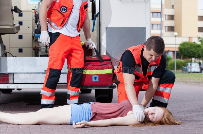 Paramedici die eerste hulp toepassen stock fotografie