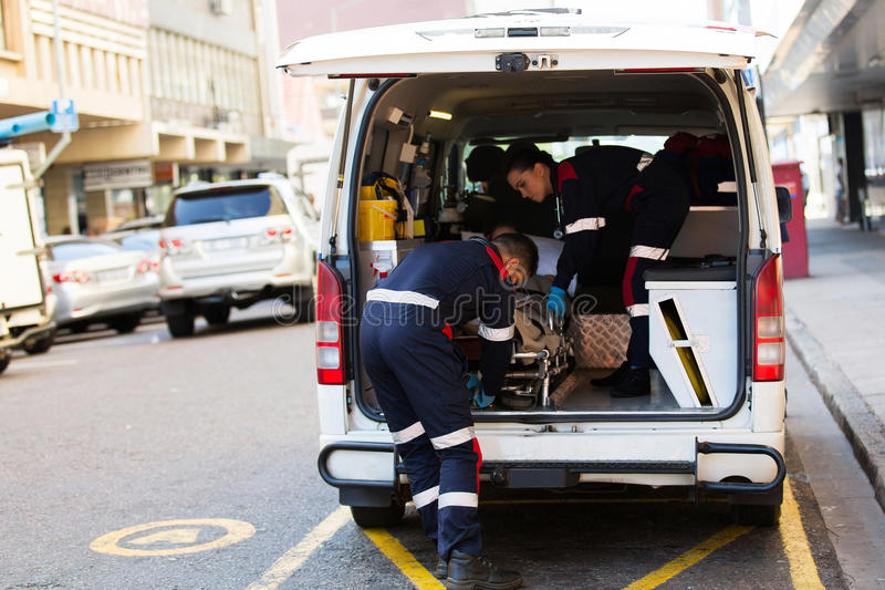 Paramedici die patiënt ontladen royalty-vrije stock fotografie