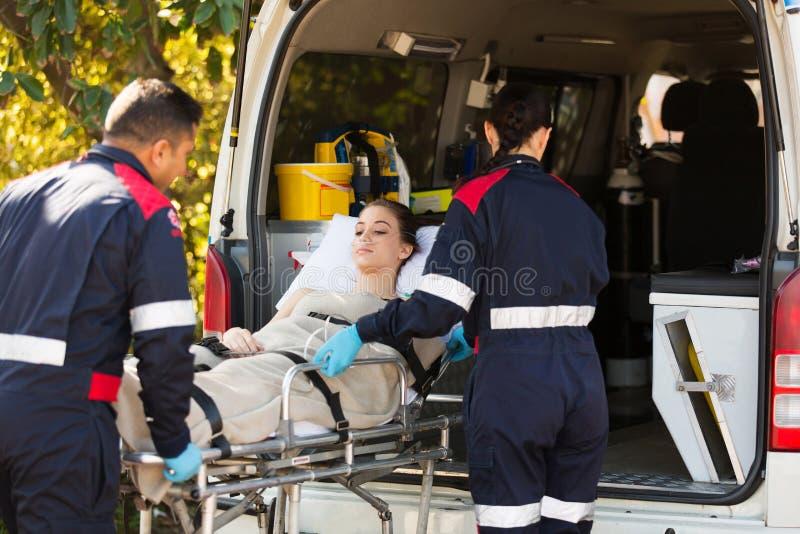Paramedici die patiënt vervoeren stock foto's