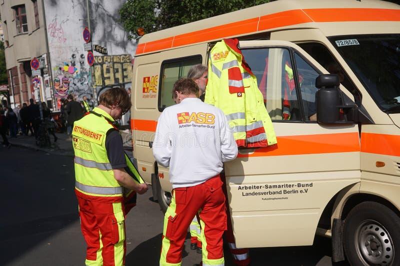 Paramedici en artsen, in openlucht royalty-vrije stock foto's