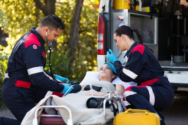 Paramedici jonge patiënt stock foto