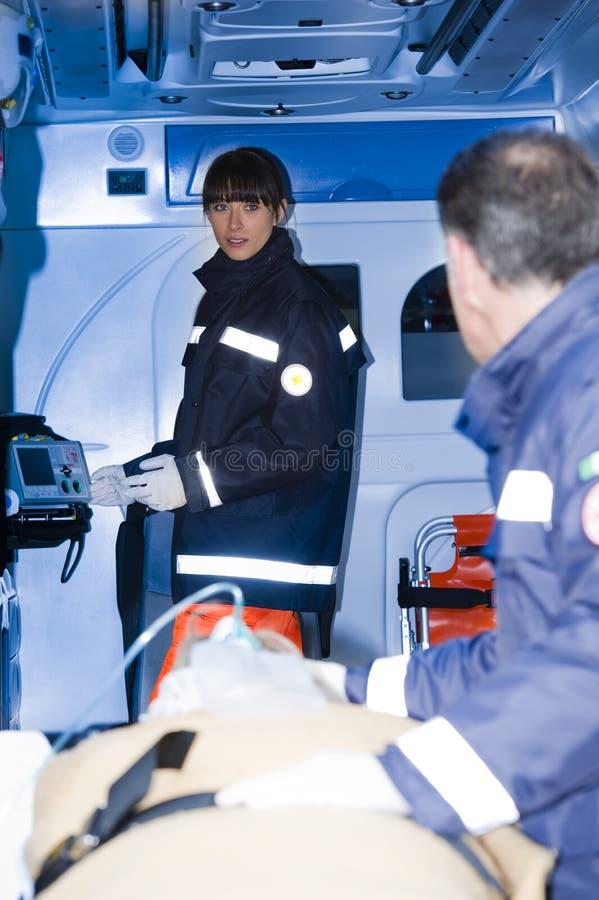 Paramedici met Patiënt stock fotografie