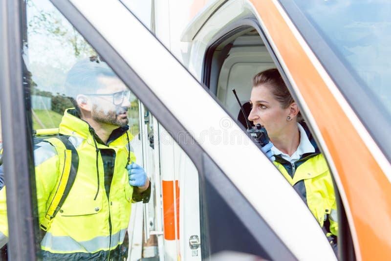 Paramedici in ziekenwagen in radiocontact met hoofdkwartier royalty-vrije stock afbeelding