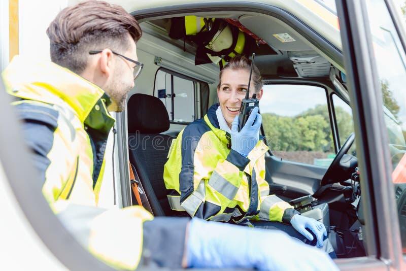 Paramedici in ziekenwagen in radiocontact met hoofdkwartier stock foto's