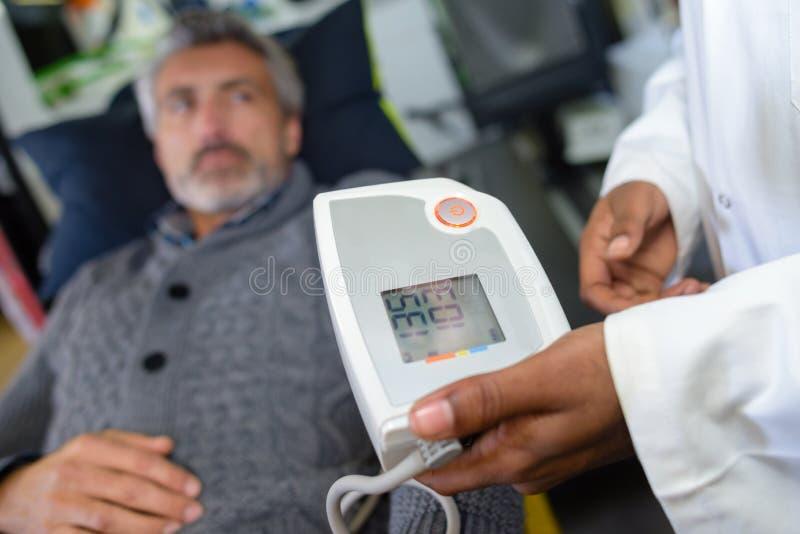 Paramedicinsk läs- patient för hjärtahastighet royaltyfri foto