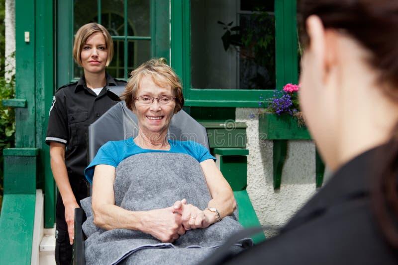 Paramedicus met Hogere Vrouw stock foto's