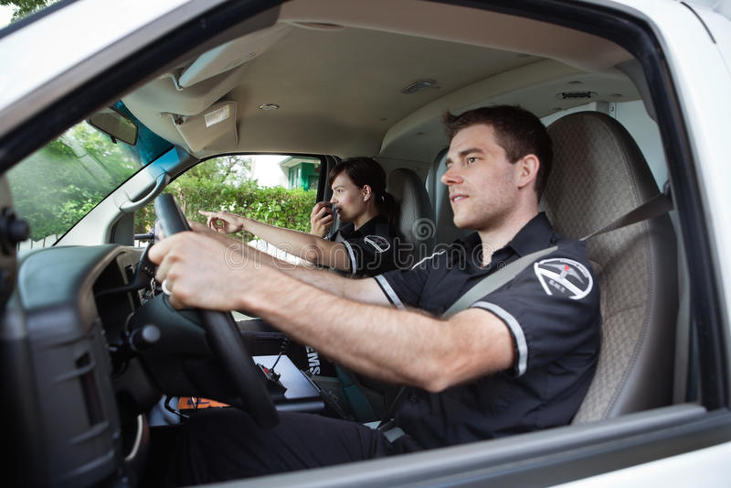 Paramedicus in Ziekenwagen die op Radio spreekt stock fotografie