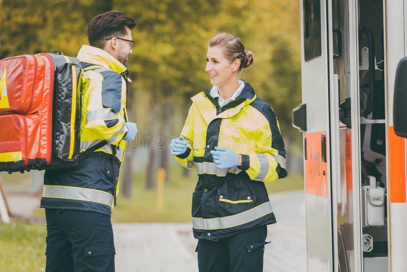 Paramedicusverpleegster en noodsituatie arts bij ziekenwagen royalty-vrije stock foto