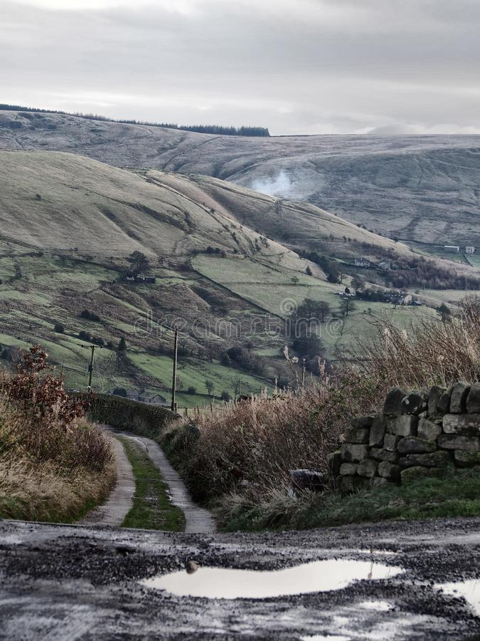 Paramera de Yorkshire en carril del invierno y las paredes de piedra fotos de archivo