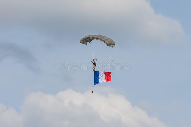 Paramilitar militar com a bandeira de França no céu imagens de stock royalty free