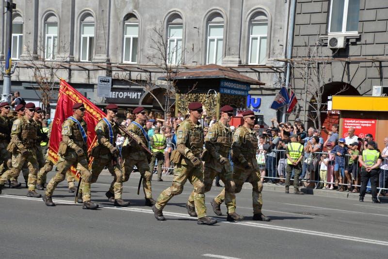 Paramilitares ucranianos que marcham na parada militar fotografia de stock