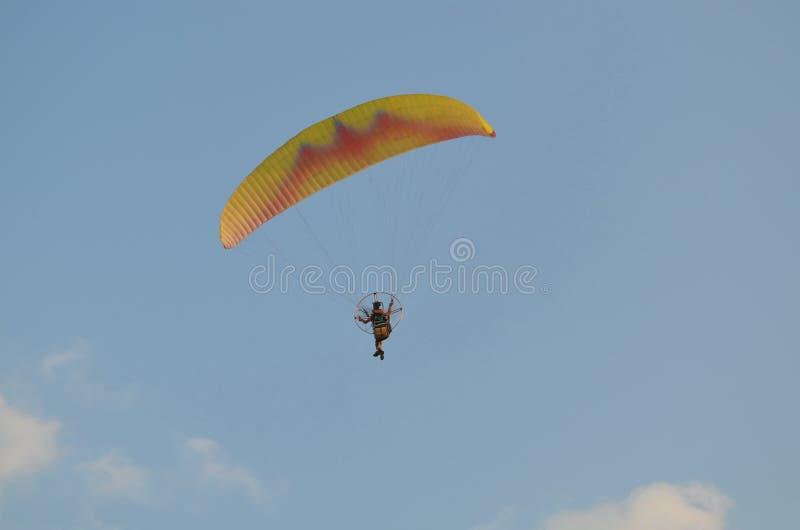 Paramotor aérien dans le ciel image libre de droits