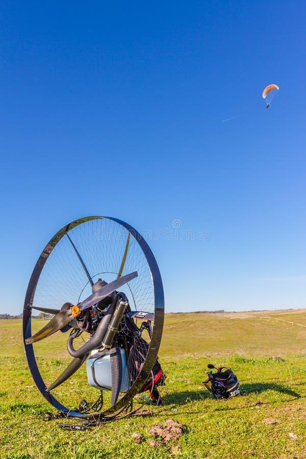 Paramotor-Korb auf dem Gebiet lizenzfreie stockfotos