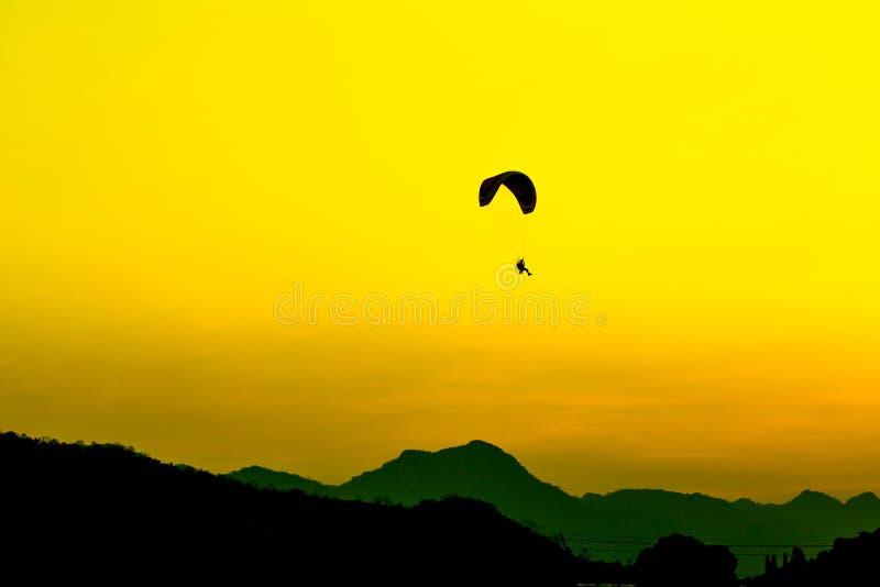 Paramotor latanie w niebie obrazy stock