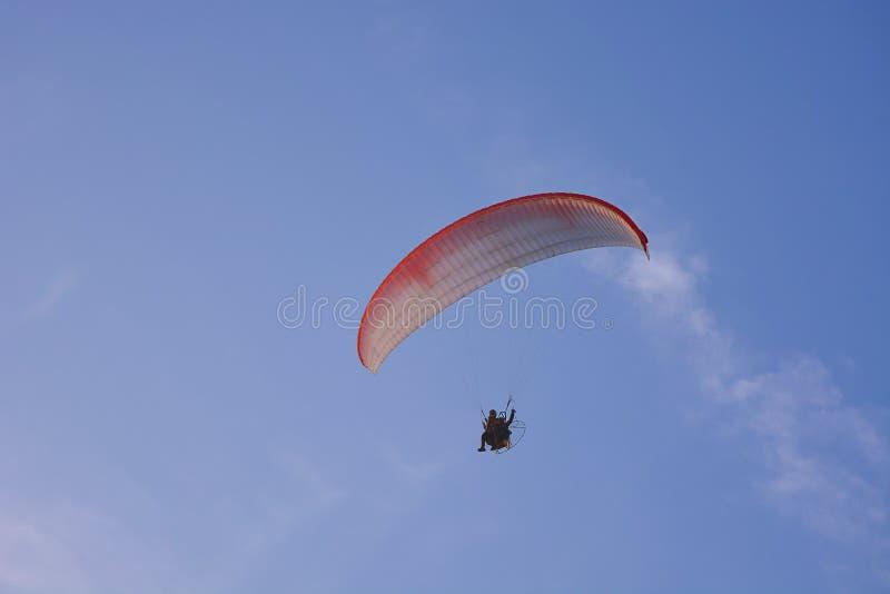 Paramotor Napędzany Paragliderem Z Czerwonym Białym Spadochronem Latającym W Niebie, Ekstremalny Sport obraz stock