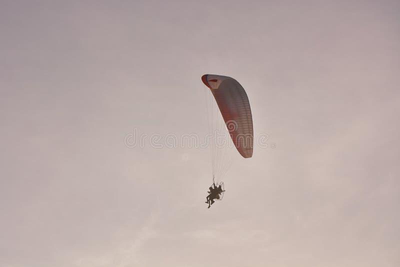 Paramotor Napędzany Paragliderem Z Czerwonym Białym Spadochronem Latającym W Niebie, Ekstremalny Sport zdjęcia royalty free